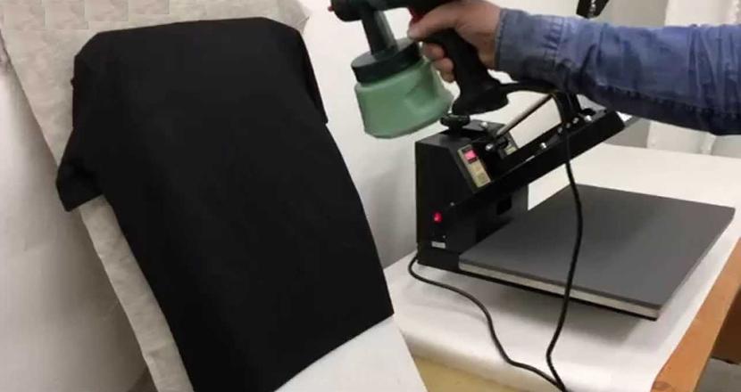 Фото с процессом обработки темной футболки праймером перед прямой печатью