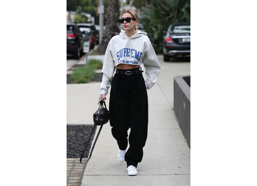 Фото лука с короткой белой толстовкой и брюками с завышенной талией