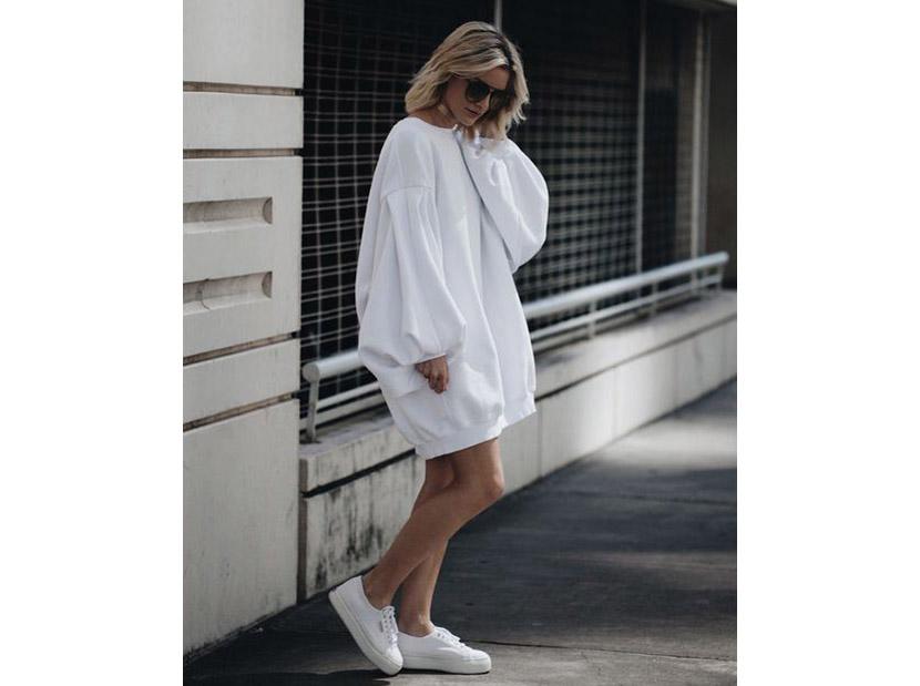Фото женской удлиненной белой толстовки-платья с кедами