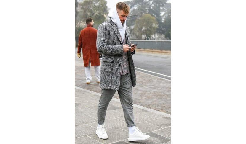 Фото мужской белой толстовки с пальто в клетку и брюками чинос